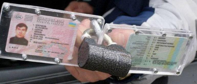 Обязан ли водитель передавать документы в руки инспектору или достаточно показать?