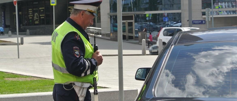 Обязан ли водитель выходить из машины по требованию инспектора?