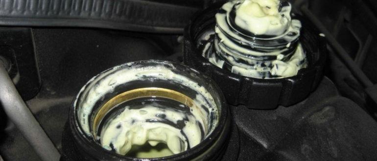 Почему моторное масло попадает в антифриз?