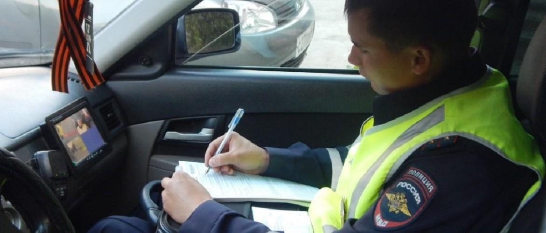 Инспектор ГИБДД забрал документы, ушел в патрульный авто и тянет время: в чем подвох, и что делать водителю
