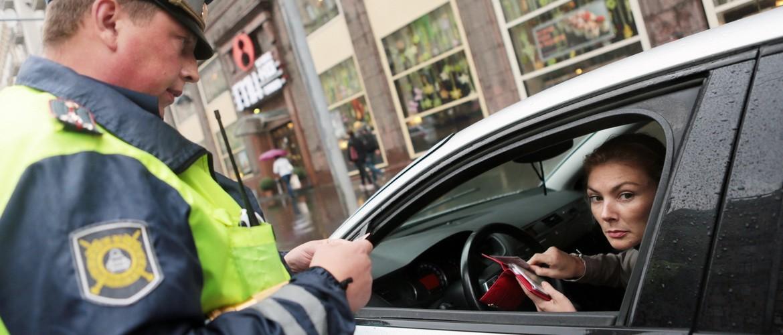 Обязан ли водитель садиться в машину ДПС для составления протокола