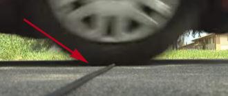 Зачем кладут резиновые шланги поперек дороги