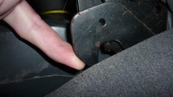 Зачем нужен крючок под автомобильным сиденьем