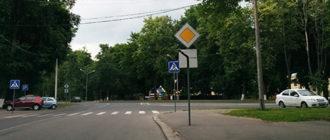 Кто должен уступить дорогу, если направление главной дороги меняется