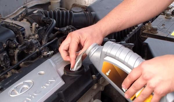 Как залить масло в двигатель без воронки