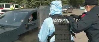Как поступают китайские полицейские с инфицированными коронавирусом водителями на границе