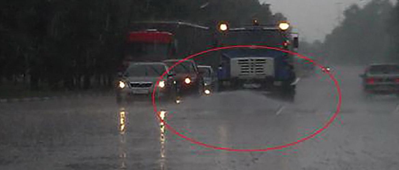 Зачем поливают дороги в дождь