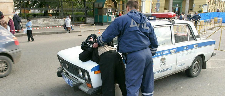 В каких случаях сотрудники полиции имеют право применять физическую силу