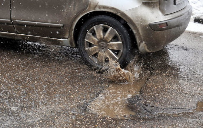 Почему не стоит нажимать на тормоз перед ухабами на дороге