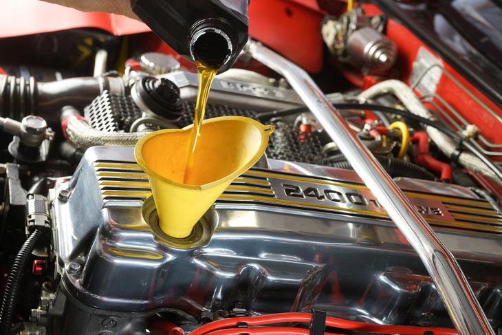 Можно ли заливать дизельное масло в бензиновый двигатель