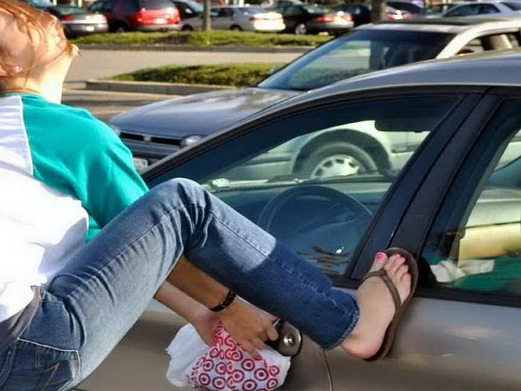 Как открыть дверь машины если ключи остались внутри